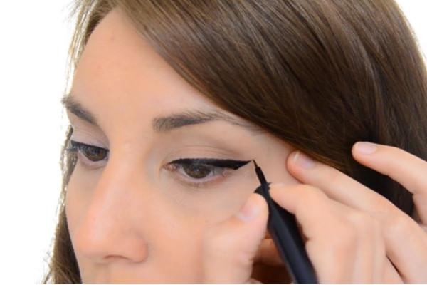 آموزش تصويري كشيدن خط چشم گربه اي,خط چشم گربه اي,آموزش كشيدن خط چشم,خط چشم,آرايش چشم,آموزش ارايش چشم و كشيدن خط چشم گربه اي زيبا,مدل هاي ارايشي چشم,مدل هاي خط چشم,جديدترين مدل هاي خط چشم,