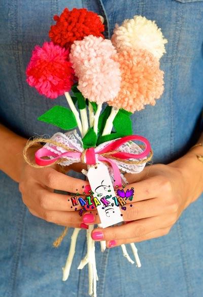 آموزش ساخت گل با کاموا,آموزش عروسک سازی به کودکان,آموزش گل سازی,آموزش گلسازی,ساخت گل,ساخت گل پم پم,پم پم,پم پم,چوب خشک,کاموا,گل,گل سازی با کاموا,گل کاموایی,گلسازی با کاموا,تزیینات اتاق کودک و کلاس,کاردستی,گوناگون