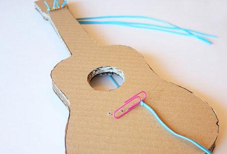 ساخت گیتار مقوایی,درست کردن گیتار,ساخت کاردستی با مقوا,وسایل لازم برای ساخت گیتار,آموزش ساخت گیتار,درست کردن گیتار مقوایی,ساخت گیتار کاردستی,آموزش تصویری درست کردن گیتار
