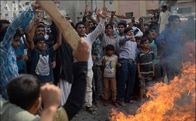 تصاویر سوزاندن متهمان حادثه انفجار لاهور