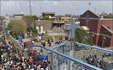 تصاویر سوزاندن مظنونین انفجار کلیسای پاکستان