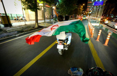 شادی مردم تهران,بوق زدن در تهران,شادی در خیابان,شادی بعد از توافق هسته ای