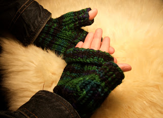 model knitting-gloves2015