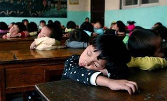 خوابیدن در شرایط سخت,تصاویر خنده دار بچه های مدرسه