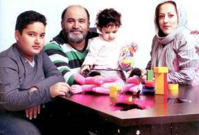 نادر سلیمانی در کنار همسر و فرزندانش