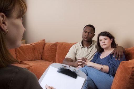 چرا اطرافیان شما در زندگی شما دخالت میکنند؟,دلیل دخالت اطرافیان در زندگی زناشویی چیست؟