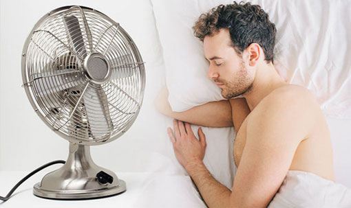 مضرات خوابیدن زیر پنکه,خوابیدن زیر پنکه چه ضررهایی دارید