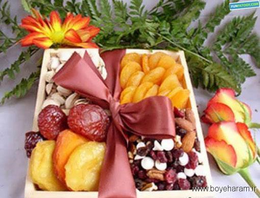 تزیین میوه خشک با شکلات تخته ای برای شب یلدا,تزیینات میوه های خشک شده با ایده های زیبا,تزیین شیک تنقلات و میوه خشک شده و آجیل به مناسبت شب یلدا