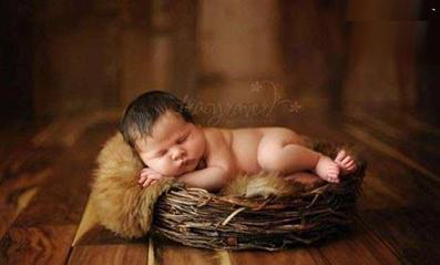 نوزاد در حال خواب