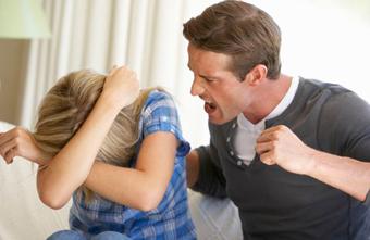 دلایل خشن بودن مرد,مردان دست بزن دار,دست بزن داشتن مردان,چه مردانی دست بزن دارند؟,ویژگی های مردانی که دست بزن دارند