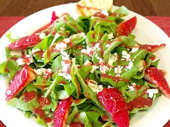 مواد لازم برای سالاد توت فرنگی و منداب,خواص کینوآ,نحوه پخت کینوآ,آشپزی گیاهخواری,سالادهای گیاهخواران,آموزش آشپزی,سایت آشپزی